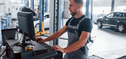 Automotive Mechanic using the ServiceManager on a desktop computer